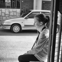 Девочка на ступеньках рынка :: Александр Максимов