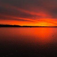 Восход над озером :: Ilya Khrustalev