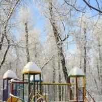 В детском парке :: юрий Амосов