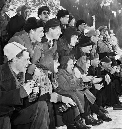 Николай Драчинский. Высокогорный каток в городе Алма-Ате. Зрители. 1955. Из архива журнала «Огонек»