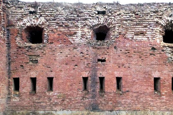 Стены не выдерживают бремя времени ( или вмешательство человека)
