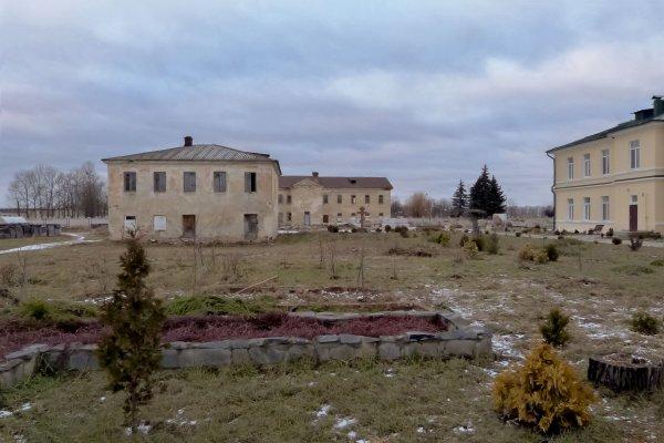 пллощадь монастыря. На заднем плане злание- штаб командующего крепостью, тут же принимали Александра II