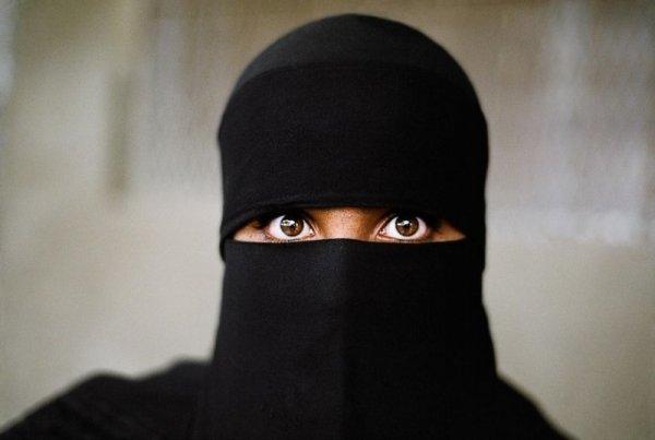 Женщина-мусульманка в хиджабе - Эмоции людей