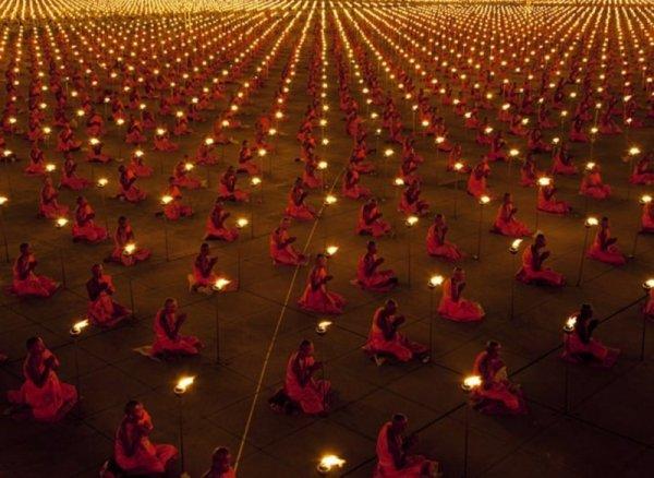 100 000 монахов во время молитвы для лучшего мира - эмоции человека фото