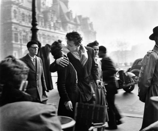 Робер Дуано. Поцелуй на площади Отель-де-Виль, 1950. © Atelier Robert Doisneau