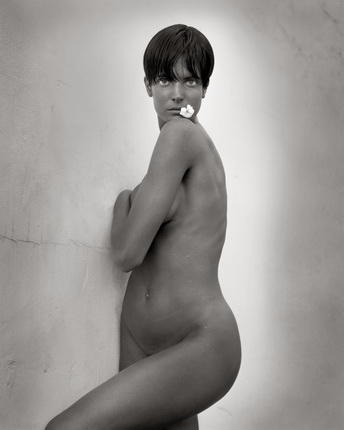 Херб Ритц. Стэфани с цветком. Лос-Анджелес, 1989. © Herb Ritts Foundation