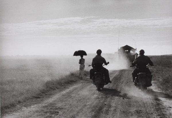 Роберт Капа. По дороге из Намдиня в Тай Бин. Один из последних снимков Капы незадолго до того, как он подорвался на мине. Вьетнам, 25 мая 1954. Photograph by Robert Capa. © International Center of Photography/Magnum – Collection of the Hungarian National