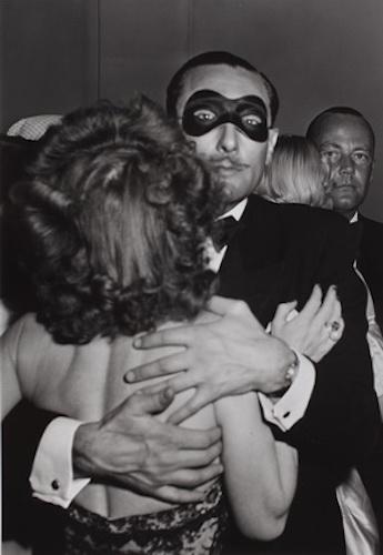 Роберт Капа. Танцующая пара на балу на карнавале. Зерс (Zärs), Австрия, февраль 1950. Photograph by Robert Capa. © International Center of Photography/Magnum – Collection of the Hungarian National Museum