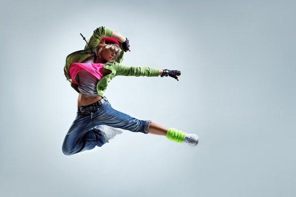 Студийные фото яркой девушки в прыжке