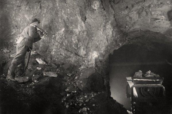 Неизвестный автор. Бурильщик в забое рудника № 3. 1944