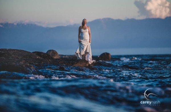 свадебные фото портреты на фоне воды