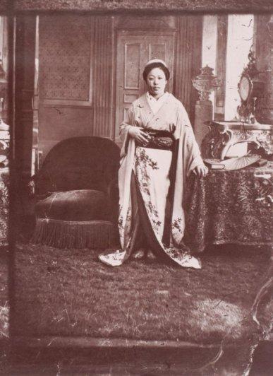 Женщина сопровождающие миссию на Всемирной выставке в Париже, 1867