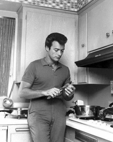 Клинт Иствуд чистит картошку