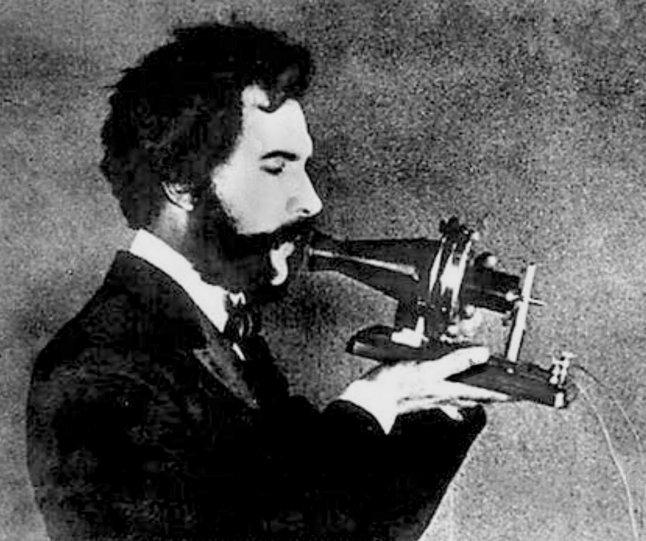 Александр Белл и прототип первого телефона
