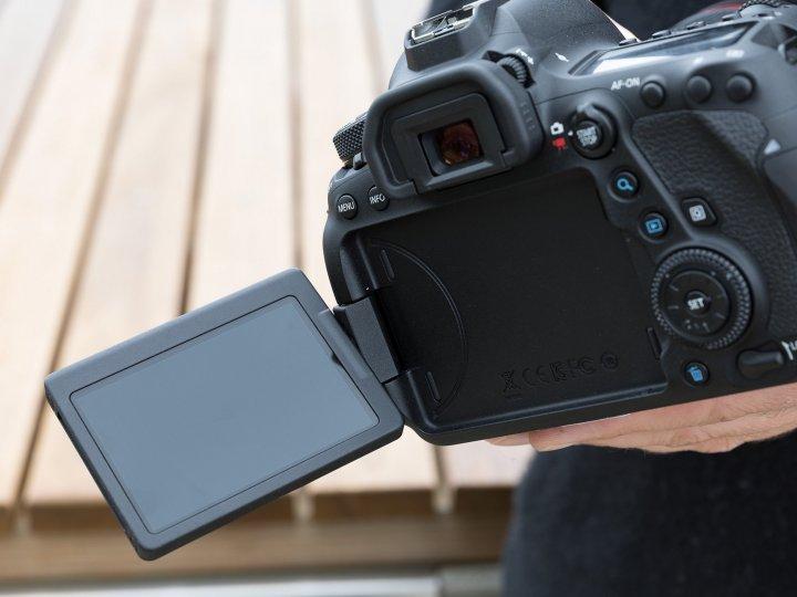 новый поворотный дисплей 6D Mark II