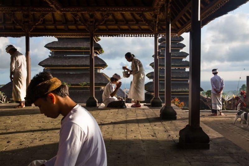 """Поощрительная премия в категории """"Люди"""": Благословение в храме Пура Бесаких"""", Бали, автор – Майкл Дин Морган"""