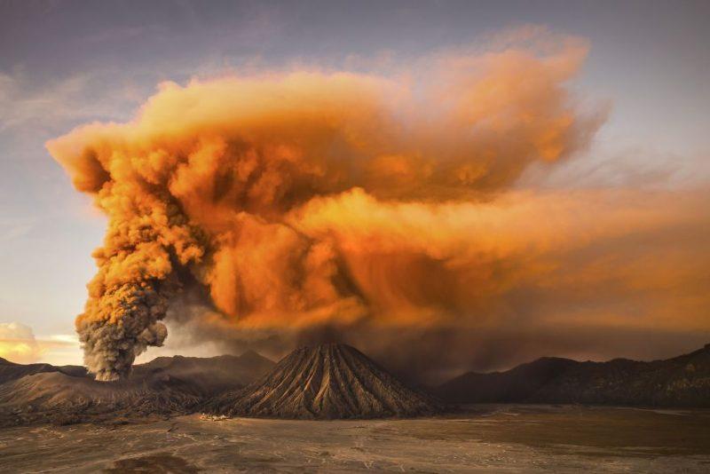 """Поощрительная премия в категории """"Природа"""", """"Вулкан Бромо"""", остров Ява, Индонезия, автор – Рейнольд Девантара"""