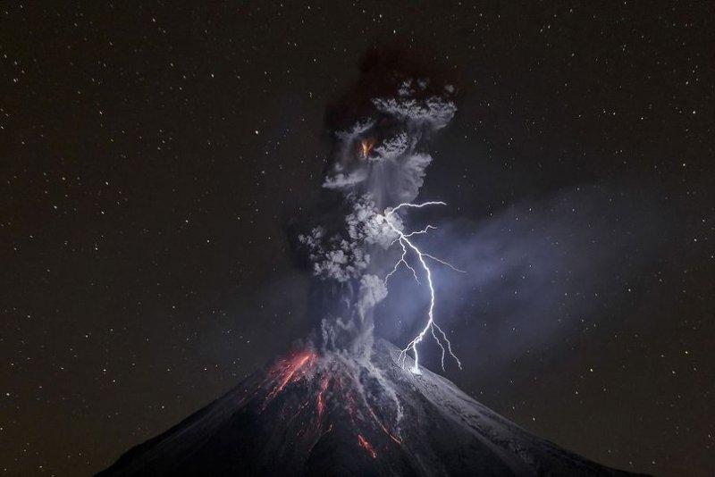"""Главный приз и первое место в категории """"Природа"""": """"Сила природы"""", вулкан Колима, Мексика, автор – Серхио Тапиро Веласко."""