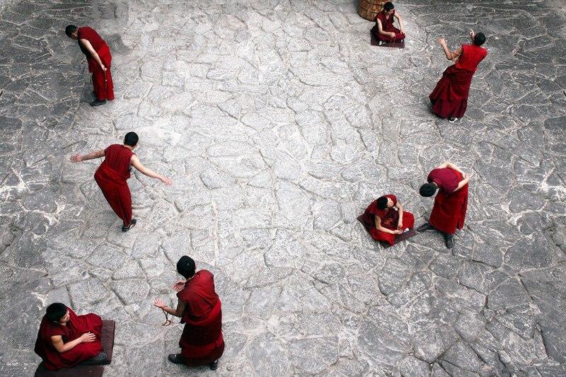 Монахи за ежедневным обсуждением религиозных вопросов в храме Джоканг. Лхаса, Тибет
