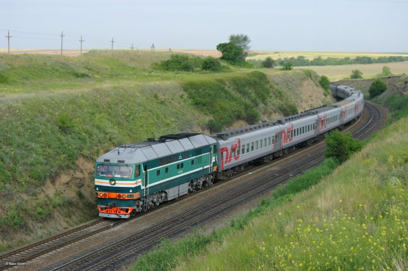 Diesel locomotive TEP70-0289 with passenger train_