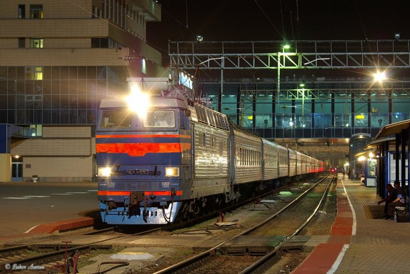 Electric locomotive ChS4T-553 with train on train_