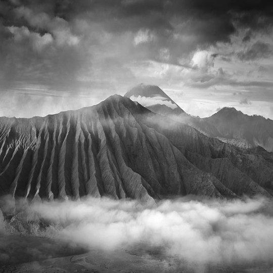 Потрясающие фотографии вулкана Бромо на острове Ява - №16