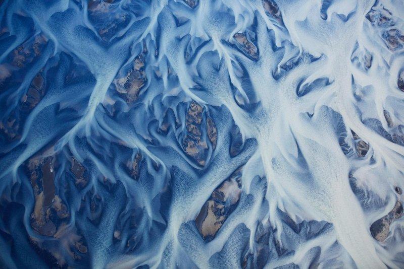 Ледниковые реки Исландии. Тодоров сделал фото с самолёта на высоте около 305 метров.