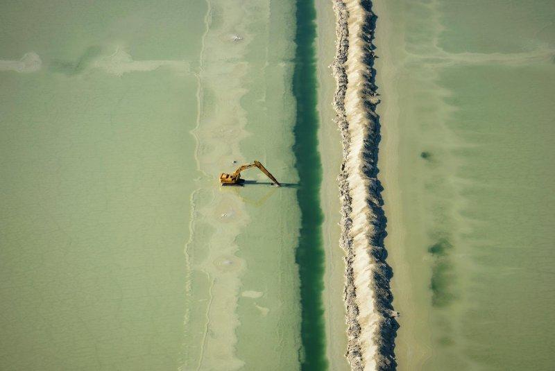 Экскаватор в огромных и прекрасных солёных прудах Юты.