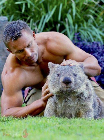 Австралийские пожарные снялись с животными для календаря на 2019 год - №26