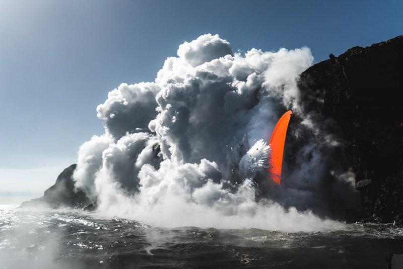 Излив лавы в Национальном парке вулканов на Гавайских островах.