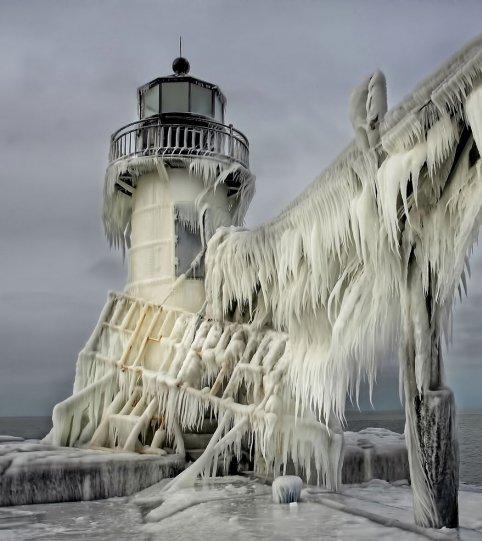 Замороженный маяк на северном пирсе Святого Иосифа, штат Мичиган, США. Фото: Томас Заковски