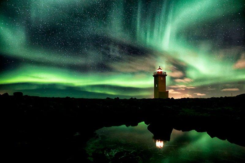 Маяк и северное сияние, Исландия. Фото: Gunnar Gestur
