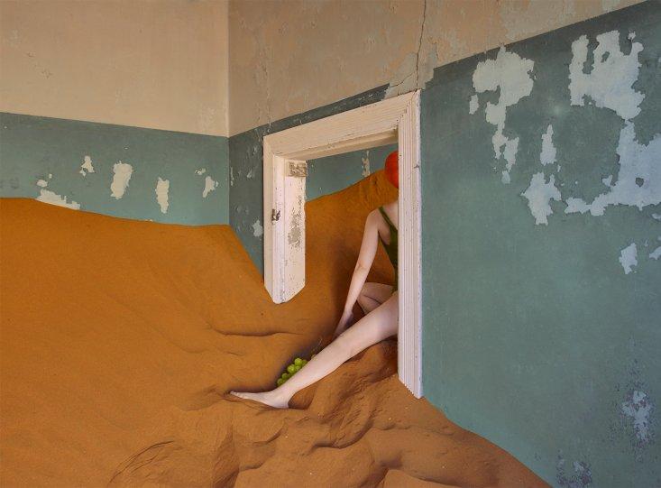 Фотосерия «Еда делает сюрреалистичные вещи в пустыне» - №5