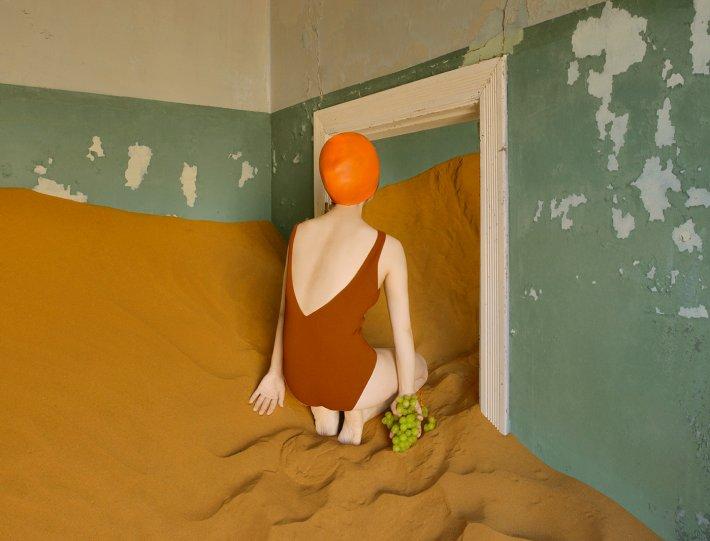 Фотосерия «Еда делает сюрреалистичные вещи в пустыне» - №11
