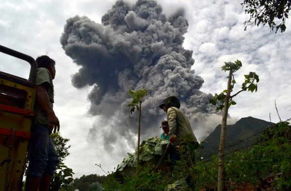 Новости в фотографиях - Мощное извержение вулкана Синабунг - №2