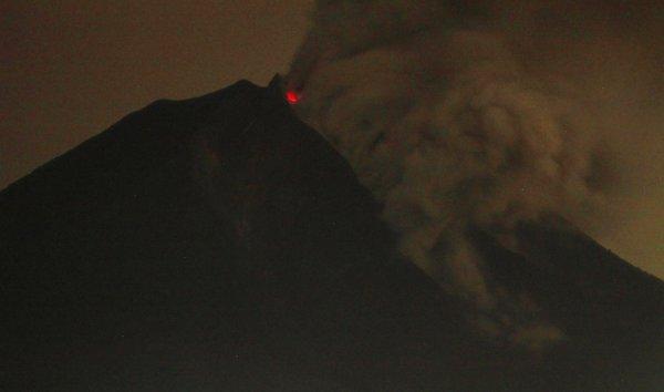 Новости в фотографиях - Мощное извержение вулкана Синабунг - №6
