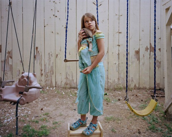 Девочки и куклы в милых детских фото - №1