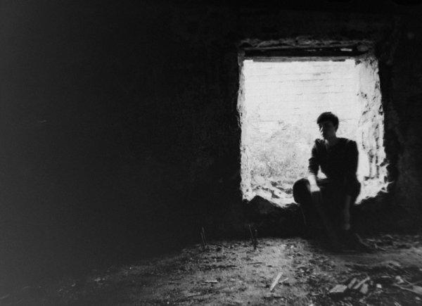 Взгляд в окно - искусство черно-белых фото - №1