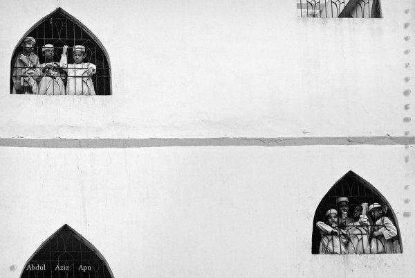 Взгляд в окно - искусство черно-белых фото - №5
