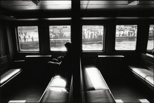 Взгляд в окно - искусство черно-белых фото - №9