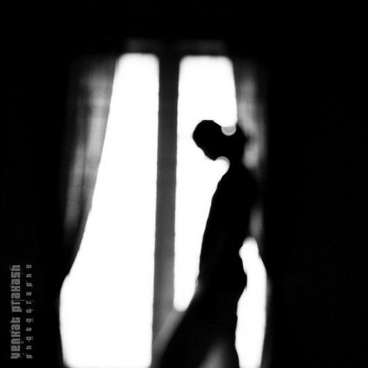 Взгляд в окно - искусство черно-белых фото - №13