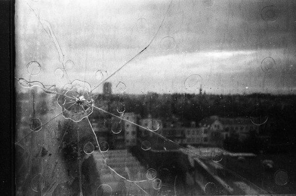 Взгляд в окно - искусство черно-белых фото - №21