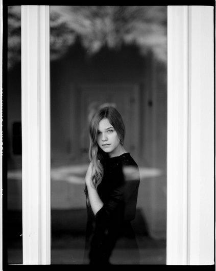 Взгляд в окно - искусство черно-белых фото - №25