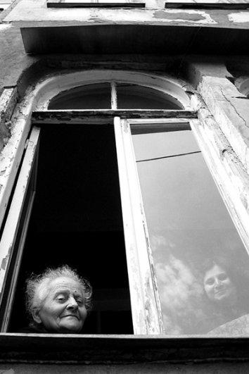 Взгляд в окно - искусство черно-белых фото - №29