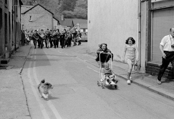 Дэвид Херн. Лланидлоес. Местный духовой оркестр ведет за собой Гражданский парад, который проводится в Лланидлоесе в последний раз. Из серии «Земля моего отца». 1973. © Magnum Photos