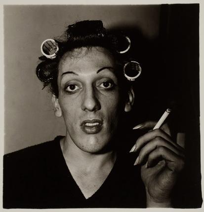 Диана Арбус. Молодой человек в бигудях. Подготовка к ежегодному травести-балу. США, 1966. Серебряно-желатиновый отпечаток. Предоставлено фотоузеем WestLicht, Вена