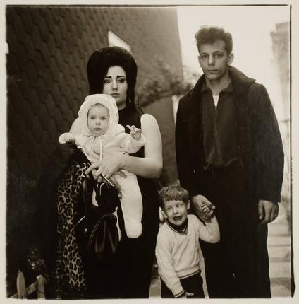 Диана Арбус. Молодая семья из Бруклина на воскресной прогулке. США, 1966. Серебряно-желатиновый отпечаток. Предоставлено фотоузеем WestLicht, Вена