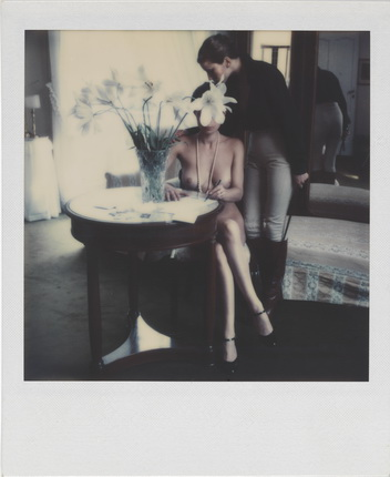 Helmut Newton. Untitled. 1976, Polaroid SX-70. © Helmut Newton Estate