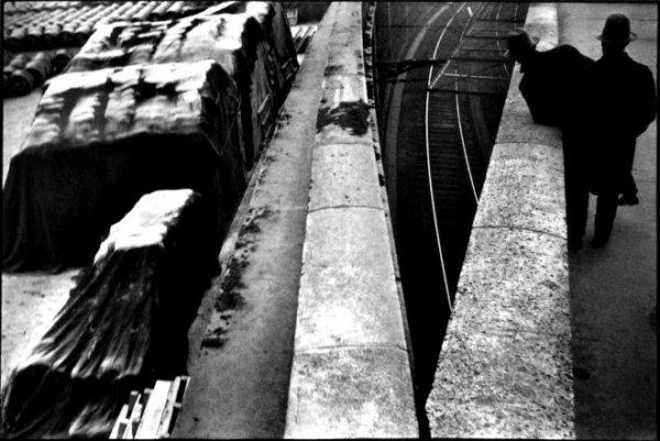 *Работа Анри Картье- Брессона, которая привела Эрвитта в фотографию