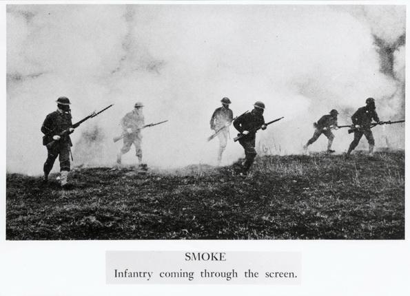 Неизвестный фотограф. Газовая атака. Солдаты, выходящие из дыма. 1914-1918. © Photothèque CICR (DR)